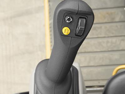 Con el control por Joystick será más fácil conducir y trabajar con la máquina. ÚNICOS EN EL MERCADO.
